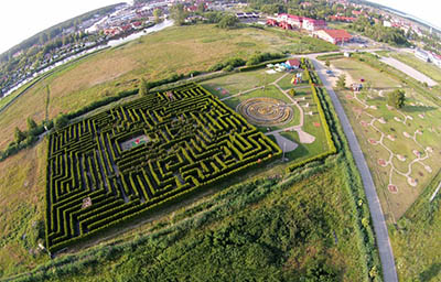 Get lost and find your way out of this magnificent maze!