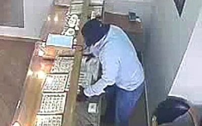 """Opportunistic """"hatter"""" thief swoops in to steal 4kg of gold from Polish jeweller"""