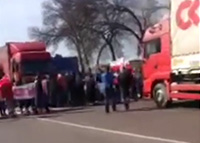 protesters on the road between Lviv and Rawa Ruska